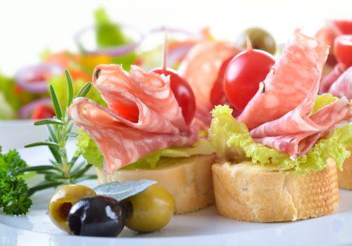Partyhäppchen mit feiner italienischer Salami,  Salatblatt und Cherrytomate